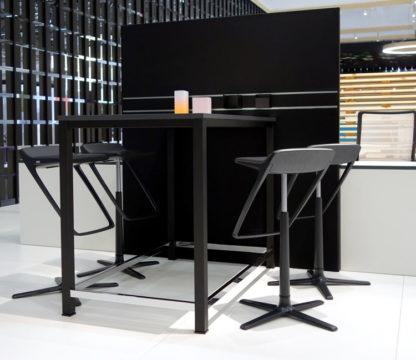 me-Produktwelten-Shop-SINAC-Hochtisch-mit-Displaywand